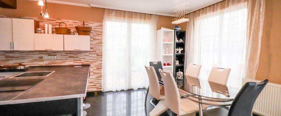 Békéscsaba belvárosához közel 200nm-es ház eladó
